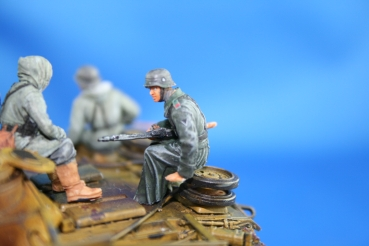 Nordwind 1/48 NWW 024 Soldier in winterdress sitting on a tank with rifel