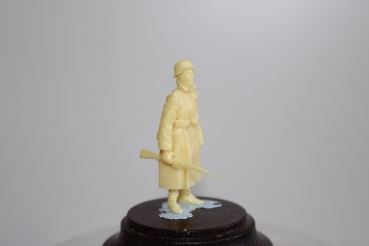 Nordwind 1/48 NWW 008 Soldier in greycoat standing with rifel