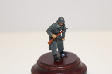 Nordwind 1/48 NWW 010 Soldat going in greycoat with rifle, stopped
