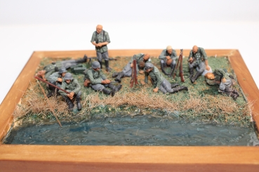 Nordwind 1/48 NWW 022 Soldier resting legs and body supported