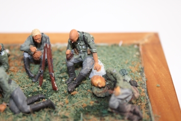 Nordwind 1/48 NWW 018 Soldier resting sitting on a stone with MG 42