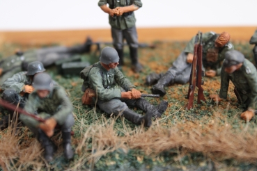 Nordwind 1/48 NWW 017 Soldier resting sitting with backpack and rifle