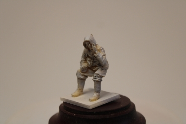 Nordwind 1/48 NWW 026 Soldier in Winterdress sitting on a tank with rifle or panzerfaust