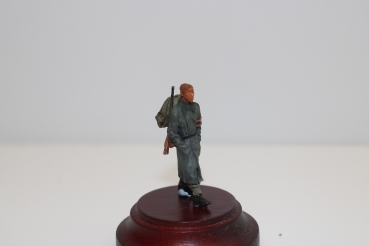 Nordwind 1/48 NWW 031 Soldier walking in greycoat -backpack and rifle , hands in his pockets