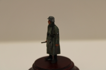 Nordwind 1/48 NWW 048 Soldier in greycoat with rifle, gloves on his belt