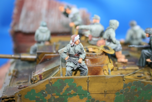 Nordwind 1/48 NWW 023 Soldier in winterdress sitting on a tank with furcap