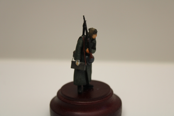Nordwind 1/48 NWW 032 Soldier in greycoat walking with MG 34